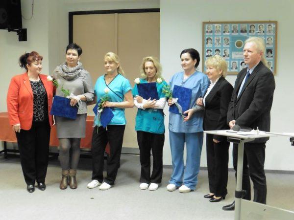 A képen balról jobbra: Horváth Ferencné ápolási igazgató, az idei Kossuth Zsuzsanna elismerés díjazottjai, Nagyné Pattantyús Erika, Géresi Andrea, Major Mónika és Kovácsné Szirbek Mónika, valamint dr. Dávid Gyula, a megyei kórház főigazgatója. Fotók: a szerző
