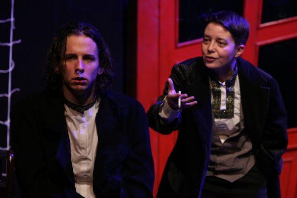 Raszkolnyikov (Szelle Dávid) és Porfirij (Egyed Brigitta) találkozása. Fotók: Pannon Várszínház