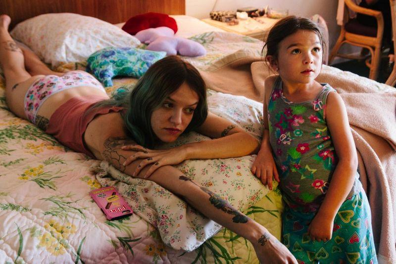 Halley (Bria Vinaite) és Brooklyn (Brooklynn Prince) a film egyik jelenetében
