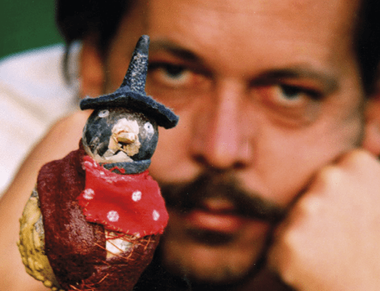 Györgydeák György egy bübüvel. Fotó: Művészetek Háza