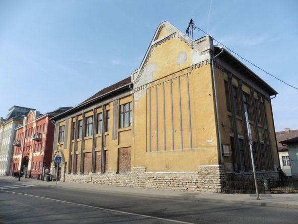 Húsz éve csúfoskodik a régi zeneiskola épülete a belvárosban, de 2020-ra felújítják. Fotók: Veszprém Kukac archív, városfejlesztési tanulmánykötet
