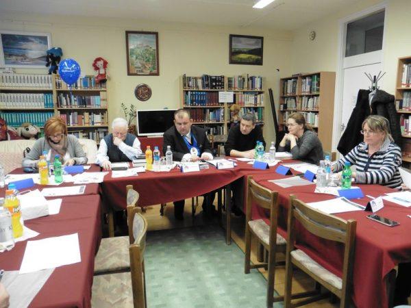 A VVHHFE elnöksége a Cholnoky iskola könyvtárában. Fotó: a szerző