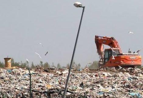 A királyszentistváni hulladékkezelő központ az engedélyeinek megfelelően, a szabályokat betartva működik – hangsúlyozta Czaun János. Fotó: Elegünk van a szemétszagból Facebook-oldal