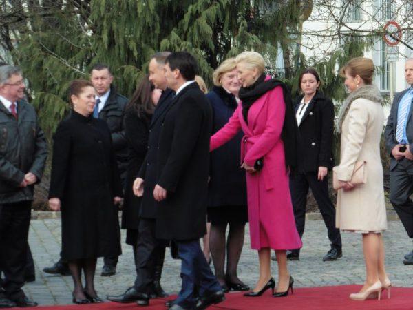 Séta a katonák sorfala előtt, majd kézfogás a protokollvendégekkel, ennyi történt az Óváros téren. Áder János mögött a takarásban a lengyel elnök, rózsaszín kabátban a felesége, világos kabátban pedig Áder János felesége. Fotók: a szerző