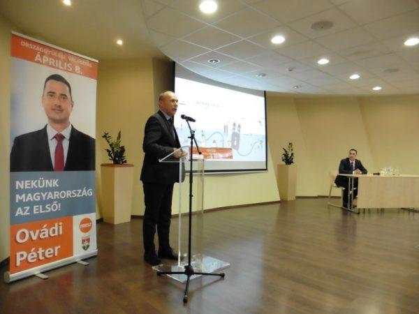 Porga Gyula a mikrofonnál, Ovádi Péter az asztalnál. Fotók: a szerző