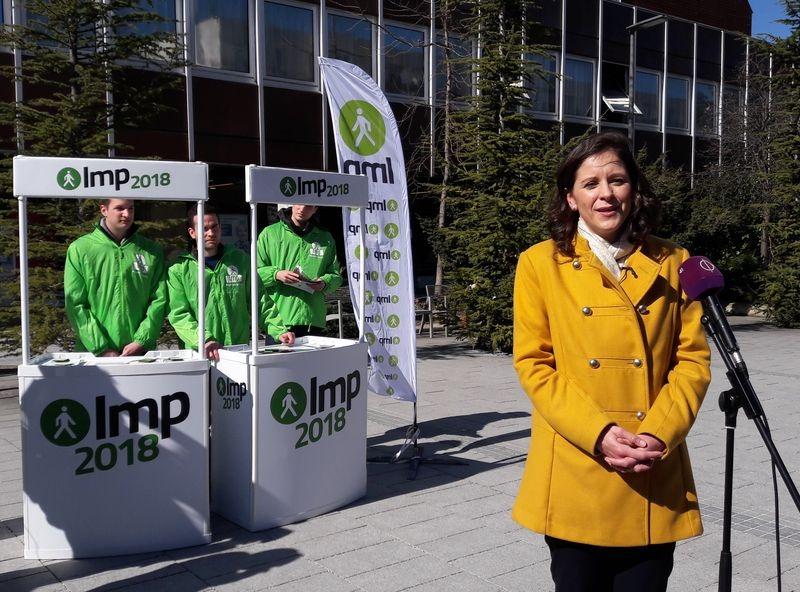 Szél Bernadett, az LMP miniszterelnök-jelöltje a posta előtt tartott utcafórumot. Fotó: a szerző