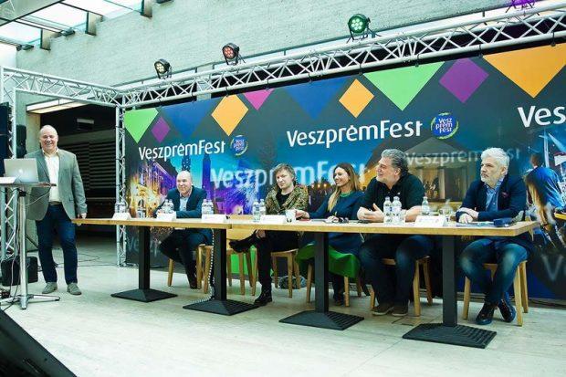 A képen balról jobbra: Mészáros Zoltán, a VeszprémFest ügyvezető igazgatója, Porga Gyula, Veszprém polgármestere, Lajkó Félix, Liszt Ferenc-díjas hegedűművész, Miklósa Erika, Kossuth- és Liszt Ferenc-díjas operaénekes, José Cura operaénekes, zeneszerző, karmester, Fülöp Zoltán, a Nagyon Balaton rendezvénysorozat igazgatója. Fotó: Melczer Zsolt