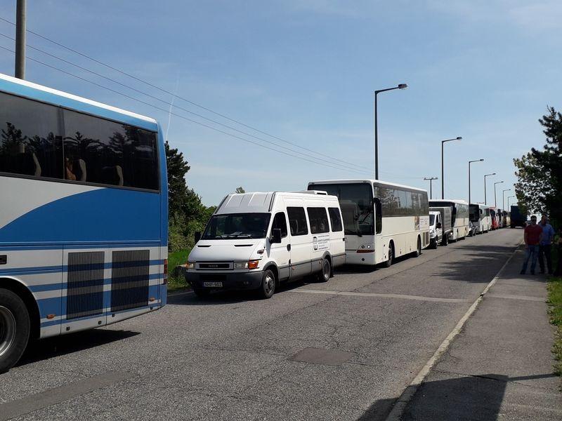 Vége a műszaknak, elindultak a buszok a Henger utcából. Fotók: a szerző