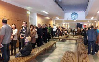 VÁLASZTÁS – Sokan szavaznak, helyenként sorban állással