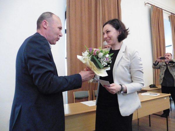 Porga Gyula polgármester gratulál Terék Annának. Fotók: a szerző