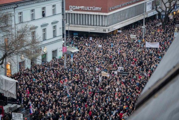 Tüntetés Szlovákiában az oknyomozó újságíró halála kapcsán. Fotó: parameter.sk
