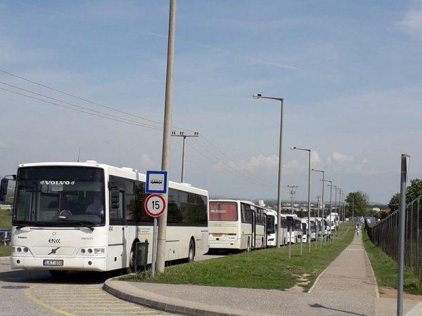 Műszakváltáskor ezek a buszok csak hosszas várakozás után tudnak kikanyarodni a Házgyári útra a Henger utcából. Fotó: Révész Erika
