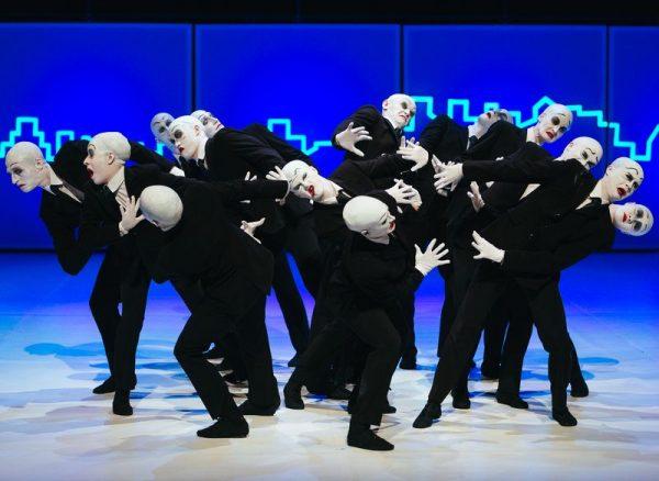 Pillanatfelvétel a Szegedi Kortárs Balett és a Nemzeti Táncszínház közös produkciójából, az Abszurdiából. Kép forrása: a SZKB honlapja