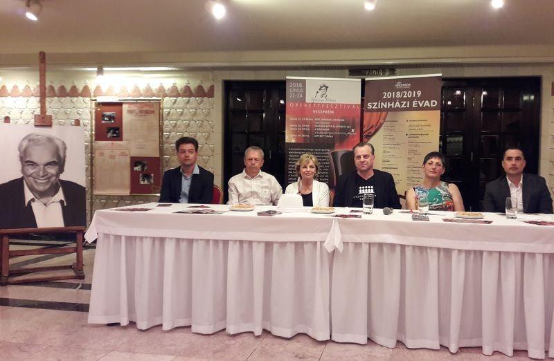 A sajtótájékoztató résztvevői. Balról jobbra: Keller János, ifj. Rátonyi Róbert, Rátonyi Hajnalka, Oberfrank Pál, Brányi Mária, Ovádi Péter. Fotók: a szerző