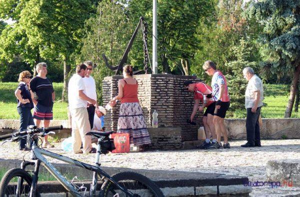 Kellemes pihenőhely bringásoknak: Balatonfüred, Berzsenyi emlékforrás. Fotó: balatontipp.hu