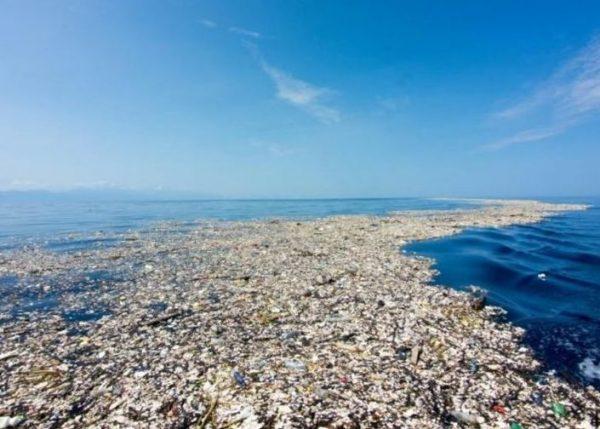 Kilencmillió tonna műanyag ömlik az óceánba minden évben – ez nagyjából annyi, mintha a Föld összes tengeri és óceáni partszakaszát körbekerítenénk fél méterenként 5 darab, műanyaghulladékkal tömött bevásárlózacskóval. Ezzel a példával próbálja érzékeltetni a National Geographic, hogy mekkora a baj a Földet elárasztó, jórészt újrahasznosítatlan műanyaggal. Fotó: internet