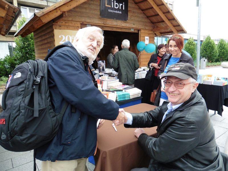 Spiró György (jobbról) dr. Praznovszky Mihálynak dedikálta a könyvét. Fotók: a szerző