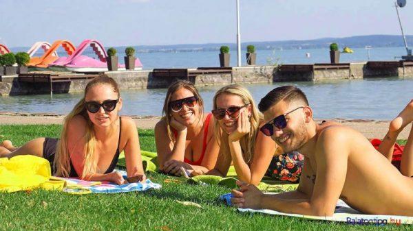 Fiatalok a balatonfüredi Esterházy-strandon. Fotó: balatontipp.hu/Győrffy Árpád