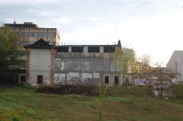 A bútorgyár régi irodaépülete évek óta csúfítja a városképet. Fotó: Veszprém Kukac archív/Nyéki Roland