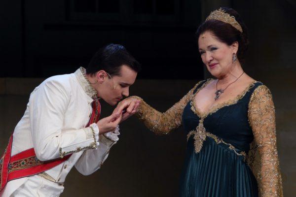 Kállay Bori a Veszprémi Petőfi Színház Bob hercegében a királynőt játszotta. A képen Dósa Mátyással, aki a fiát alakította az előadásban: Fotó: Veszprémi Petőfi Színház