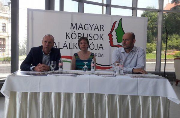A képen balról jobbra: Porga Gyula polgármester, Erdélyi Ágnes, a vegyeskar karnagya és Bélafi László, a Hangvillát üzemeltető kft. ügyvezetője. Fotó: a szerző
