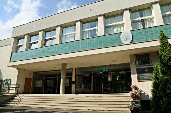 A füredi Lóczy gimnázium. Fotó: internet