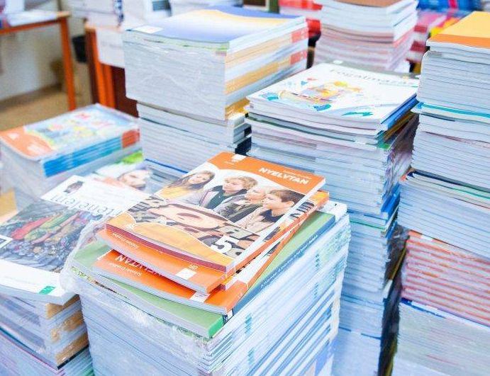 A szülők nem ritkán tapasztalhatják azt is, hogy az iskola ugyan megrendelteti az állami tankönyveket, de a tanárok mégsem használják ezeket. Fotó: 24.hu