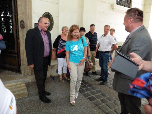 A képen balról jobbra Karsai Zoltán, Mürkl Mónika és Kordás László, miután átadták a főigazgató asszonynak a leveleket