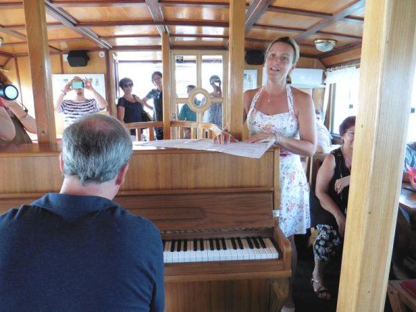 Érdi Tamás zongoraművész (a képen háttal) és Keszei Bori operaénekes rövid műsora a Jókai hajó fedélzetén. Fotók: a szerző