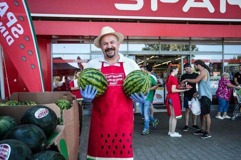 Rácz Árpád, a vállalat zöldség-gyümölcs szakértője friss magyar dinnyével kínálja a vásárlókat