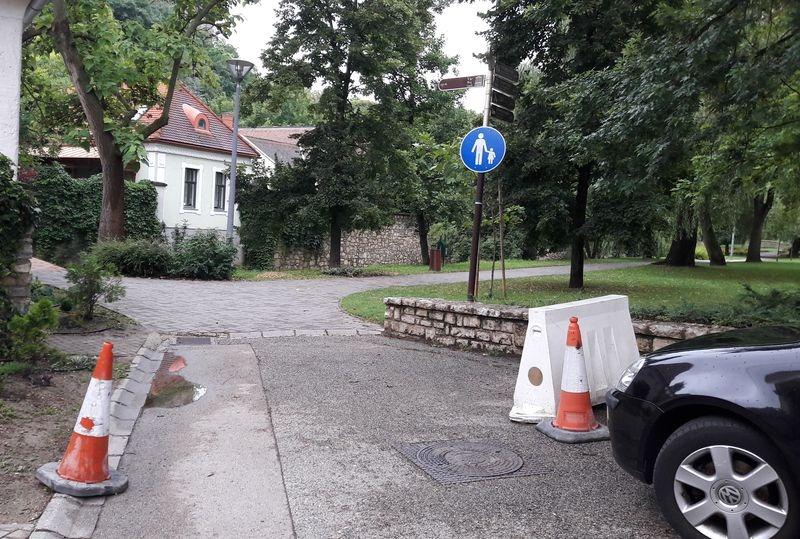 A gyalogutat korláttal lezárni nem lehet, hiszen a parkgondozók és a patak medrének karbantartói kénytelenek járművel behajtani a munkaterületre. Fotók: Veszprém Kukac