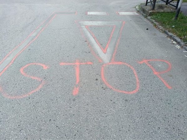 A Tüzér utca sarkára felfestett STOP jelzés. Fotók: Veszprém Kukac