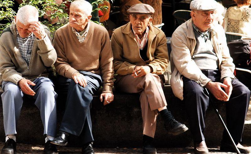 Az elöregedő társadalom egyszerre jelenti az idős korúak számának és arányának növekedését és a fiatal korú népesség számának és arányának csökkenését. Képünk illusztráció