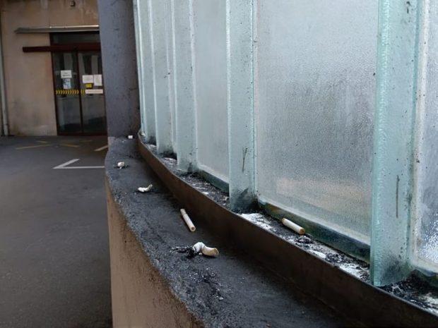 Csikkek a mentősbeálló üvegablakánál. Fotók: Veszprém Kukac