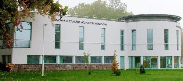 Az almádi könyvtár épülete. Fotó: kozossegimuvelodes.hu