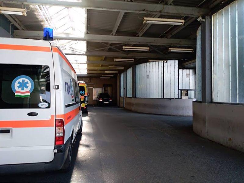 Képünk a Csolnoky Ferenc Kórház mentős bejáratánál készült. Tucatnyi Tilos a dohányzás! tábla figyelmeztet arra, hogy ezen a helyen nem szabad cigizni. Fotó: Veszprém Kukac