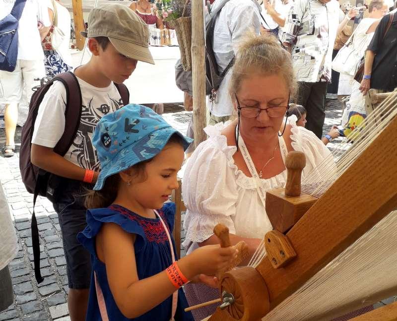 Egy kíváncsi kislány a Mesterségek Ünnepén. Fotók: a szerző