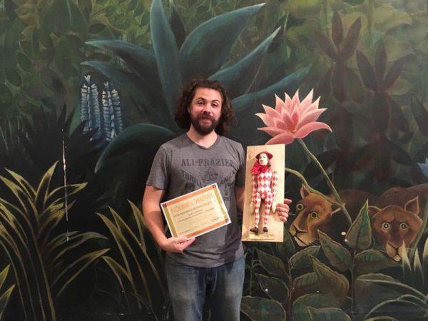 Danny Bain a díjjal. Fotó: Kabóca Bábszínház