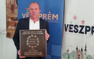 ÖSSZEFOGÁSSAL – Arany minősítés és különdíj Veszprémnek