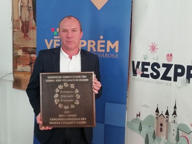 Porga Gyula a díjjal. Fotók: a szerző