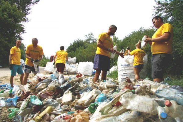 Az akcióban csaknem 10 tonna műanyag hulladéktól tisztították meg a folyót. Fotó: Greenpeace Magyarország