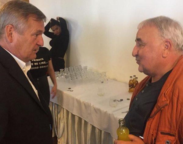 Glázer Róbert és Mikó István elmélyülten beszélget a darab bemutatója után. Fotó: a szerző