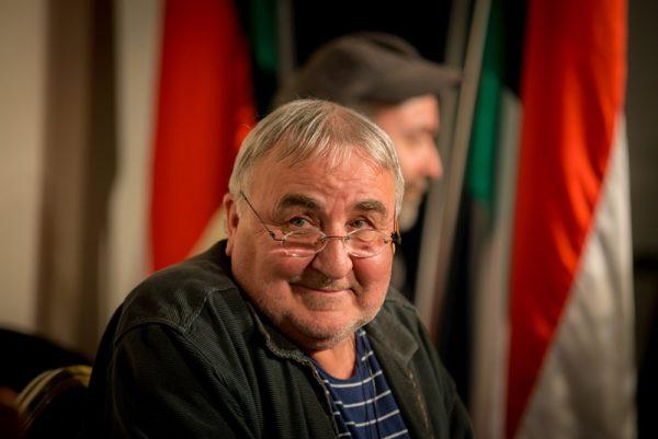 Varga Róbert monodrámáját Mikó István adja elő a Hangvillában. Fotó: polgarokhaza.hu
