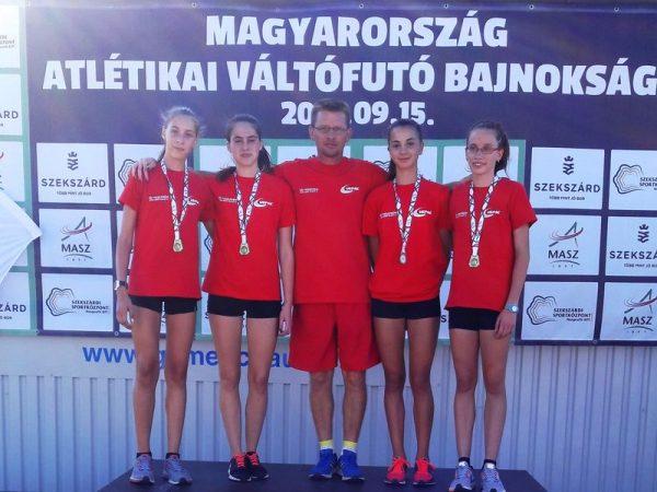 Az aranyérmes csapat edzőjével. Fotó: VEDAC