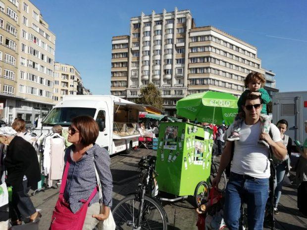 A Zöld párt kis standja a piac közepén
