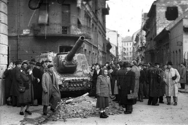Budapesti pillanatkép a forradalom és szabadságharc napjaiból. Fotó: Nagy Gyula/Fortepan