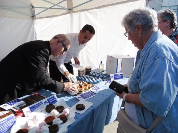 Dr. Márfi Gyula érsek és Ovádi Péter országgyűlési képviselő segít a sütemény kiválasztásában az adományozónak. Fotók: a szerző