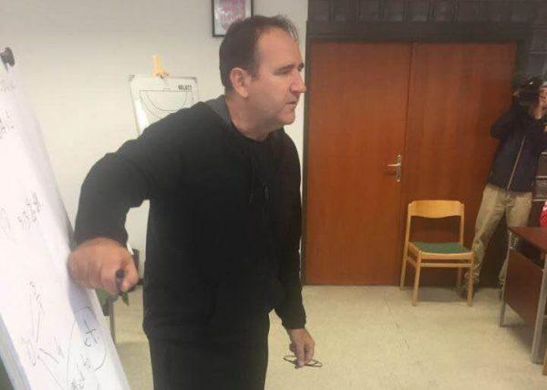 Gulyás István elmondja a taktikát a játékosoknak. Fotó: a szerző