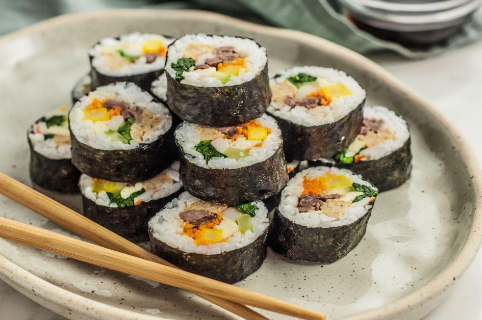 Kimbap, azaz koreai sushi. Ezt is megkóstolhatják az érdeklődők a Hotel Magisterben szerda délután. Fotó: thespruceeats.com