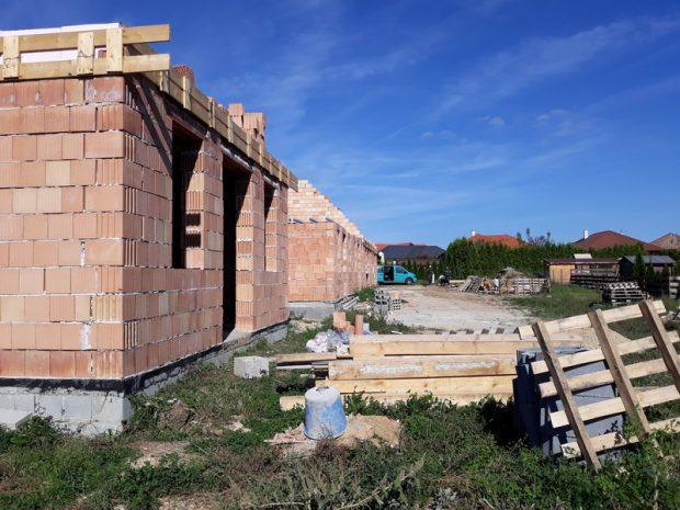 A szélhámos vállalkozó és a jóhiszemű megbízóik mementójaként meredeznek a félbehagyott épületek Márkón